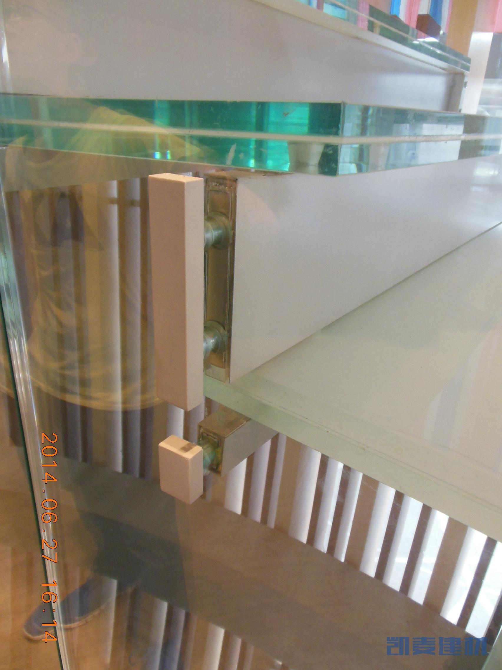 弧形铝方通和钢化玻璃安装细节