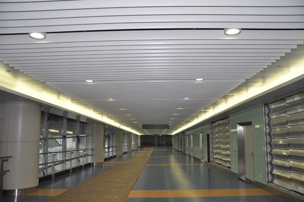 机场过道U型铝方通吊顶