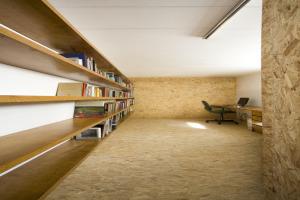 巴西圣保罗立方体住宅--仿木纹铝板墙面和书架