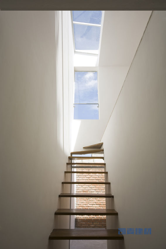 巴西圣保罗立方体住宅--顶层一线天顶层玻璃幕墙