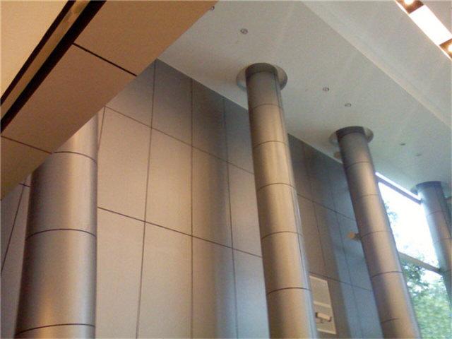 大堂安装铝单板背景墙和铝包柱
