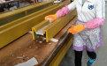 工人正在给喷粉处理后的铝单板做润湿处理