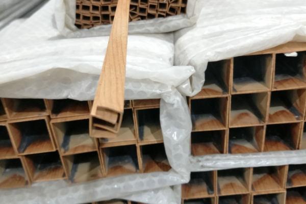 木纹铝型成品材打包存放