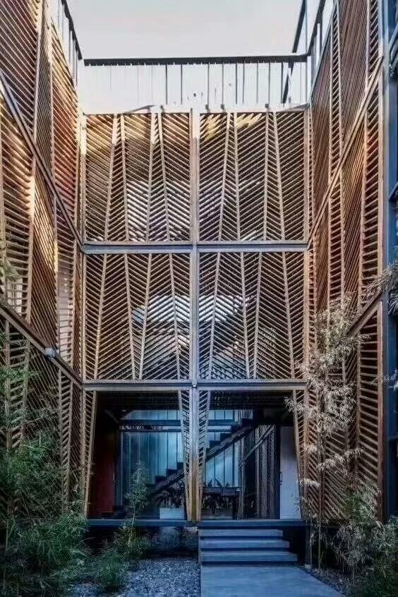 木纹色铝合金花格墙面