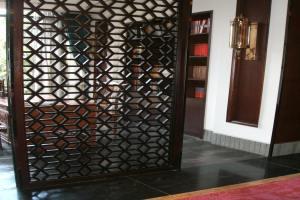 书房装木纹色铝合金屏风