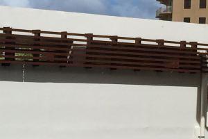 立面铝格栅由竖向主龙和横向副龙交错固定