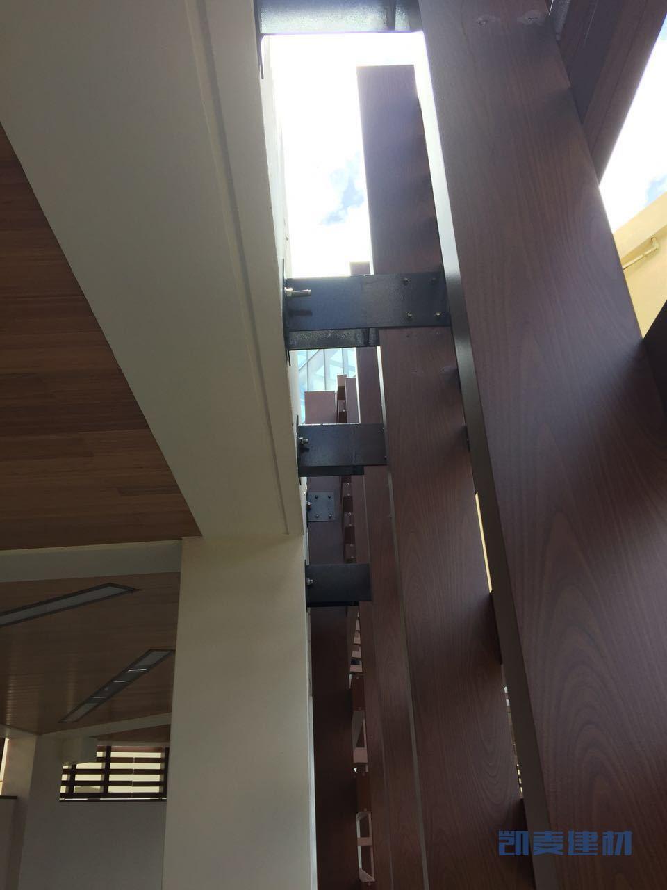 远离墙体的立面铝格栅用高脚T字码固定