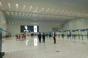 机场安检大堂顶面铝方通波浪形排布安装