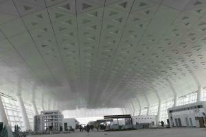 机场候机室整体铝板安装正在施工