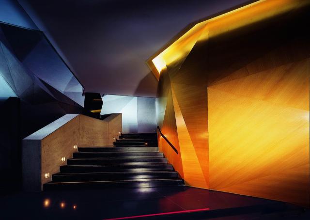 电影院造型木纹墙面