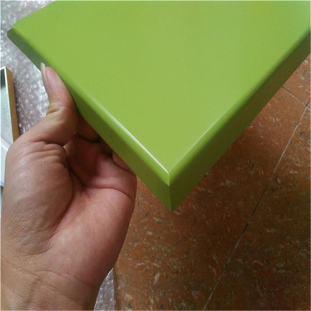 草绿色高光烤瓷铝单板角位细节