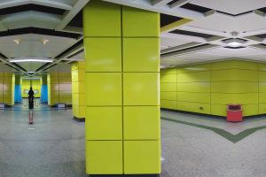 正在安装地铁站黄色烤瓷铝板