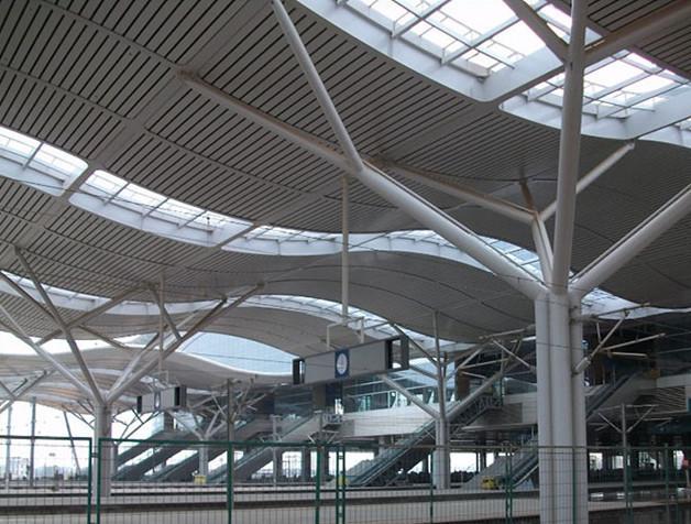 高铁站波浪吊顶铝方通