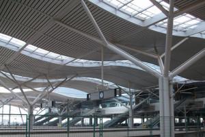 高铁站大厅吊顶木纹色铝方通