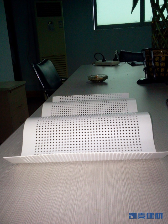 白色波浪形冲孔铝单板