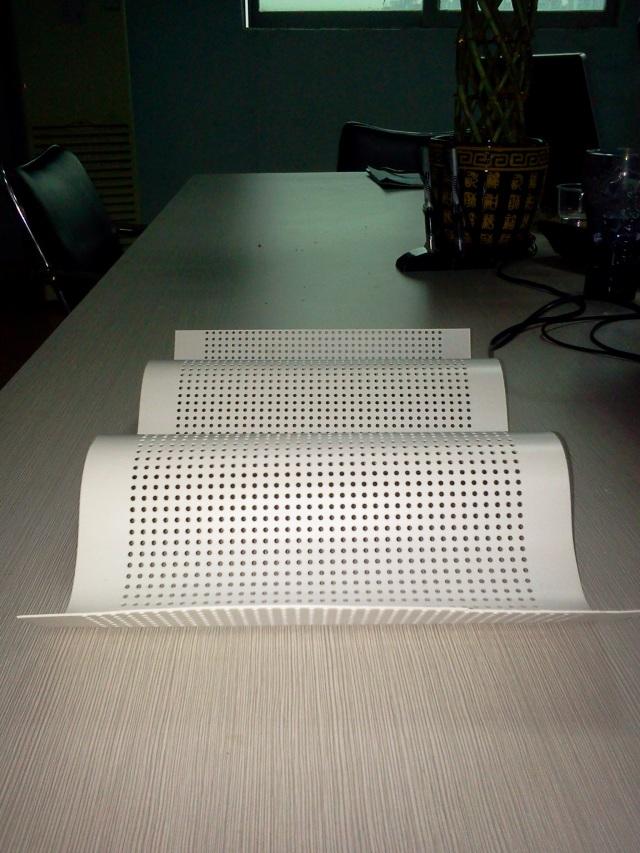 2.5mm直排孔波浪形压弧铝单板