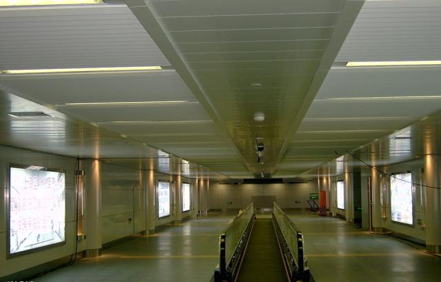 机场快捷通道铝条扣和铝单板吊顶