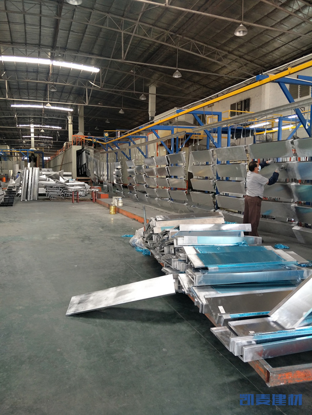 铝单板坯料正在上静电喷涂线