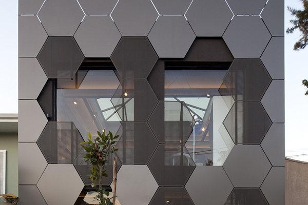 六边形铝单板分别扣在两侧的墙面