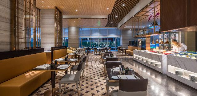食堂区安装吊顶木纹铝单板和铝方通